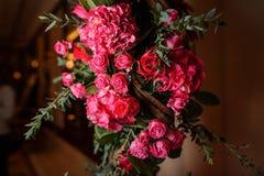 Älskvärda rosa färger blommar sammansättning som en garnering på den bruna bakgrunden Royaltyfri Foto