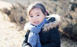 Älskvärda små asiatiska flickor som spelar i parkera Arkivfoto