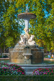 Älskvärda springbrunnar i staden av Madrid Retiro parkerar Royaltyfri Fotografi