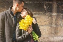 Älskvärda unga par som kramar och kysser på gatan royaltyfri fotografi