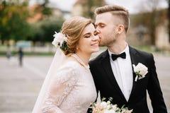 Älskvärt ögonblick av de unga paren i bröllopdagen arkivfoto