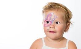 Älskvärt behandla som ett barn flickan med målningar på hennes framsida av en fjäril Royaltyfri Foto
