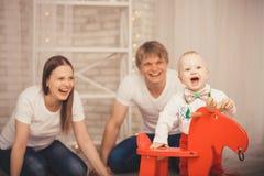 Älskvärt behandla som ett barn pojken i den Santa Claus dräkten för jul Moder fa Royaltyfri Bild