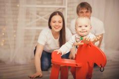 Älskvärt behandla som ett barn pojken i den Santa Claus dräkten för jul Moder fa Royaltyfria Bilder