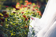 Älskvärt brud- skyler med blommor Royaltyfria Foton