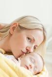 Älskvärt fostra att kyssa henne som sovar, behandla som ett barn Royaltyfri Fotografi