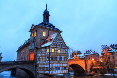 Älskvärt gammalt stadshus av Bamberg i vinter Arkivbilder