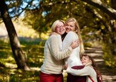 Älskvärt krama för systrar Arkivfoton