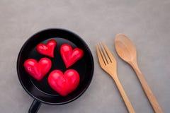 Älskvärt matbegrepp med hjärta och träsked och gaffel jpg Royaltyfri Bild