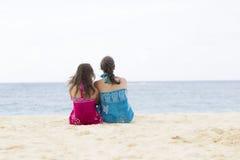 Älskvärt moder- och flickasammanträde på stranden Royaltyfria Bilder