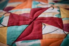 Älskvärt skott av kudden som skapas av patchworkteknik Royaltyfri Fotografi