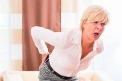 Älter, Rückenschmerzen habend zu Hause Lizenzfreie Stockbilder