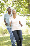 Ältere Afroamerikaner-Paare, die in Park laufen Lizenzfreies Stockfoto