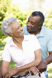 Ältere Afroamerikaner-Paare, die in Park radfahren stockfotos