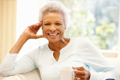 Ältere Afroamerikanerfrau zu Hause lizenzfreies stockfoto