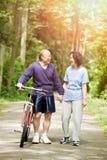Ältere aktive asiatische Paare Lizenzfreies Stockfoto