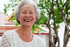 Ältere Asiatinnen mit dem graulichen Haar stockfotos