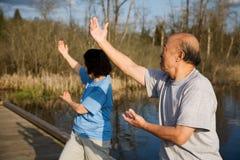 Ältere asiatische Übung stockfoto