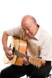 Ältere asiatische spielende Gitarre lizenzfreie stockfotos