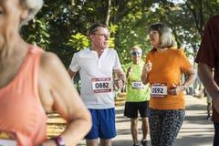 Ältere Athleten, die am Park laufen stockfoto