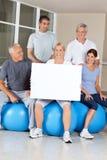 Ältere Bürger, die das Bekanntmachen für Gymnastik tun stockbilder