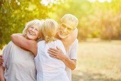 Ältere Bürger Samiling grüßen sich mit Freude stockbilder
