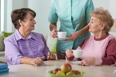 Ältere Bewohner des Pflegeheims Stockfoto