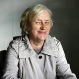 Ältere blonde Frau des Porträts mit Sommersprossegesicht Lizenzfreies Stockbild
