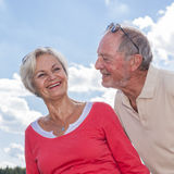 Ältere coupleat Sommerreise Lizenzfreies Stockbild