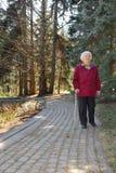 Ältere Dame alleine Stockfotos