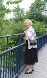 Ältere Dame auf Brücke Stockbilder