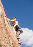 Ältere Dame auf steilem Felsenaufstieg in Colorado Stockfotos