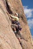 Ältere Dame auf steilem Felsenaufstieg in Colorado Stockfotografie