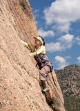 Ältere Dame auf steilem Felsenaufstieg in Colorado Stockbilder
