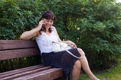 Ältere Dame, die auf Handy spricht Stockfotografie