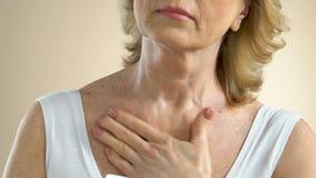 Ältere Dame, die das um ihrer Haut, ernährende tägliche Creme auftragend, Alter sich kümmert stock video