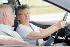 Ältere Dame, die den Ehemann spricht mit fährt Lizenzfreie Stockfotografie