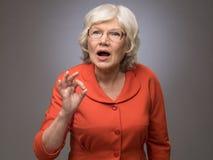 Ältere Dame, die okayzeichen zeigt Stockfoto