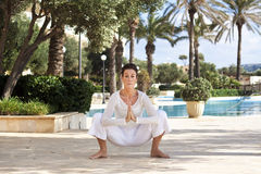 Ältere Dame, die Yoga tut lizenzfreies stockbild