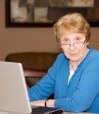 Ältere Dame frustriert mit Computer stockfoto