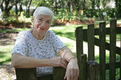 Ältere Dame In Garden stockfoto