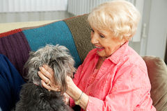 Ältere Dame Loves Her Dog lizenzfreies stockbild