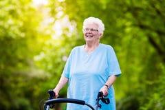 Ältere Dame mit einem Wanderer Stockfotografie