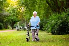 Ältere Dame mit einem Wanderer stockfoto