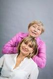 Ältere Dame mit ihrer Tochter von mittlerem Alter Stockfotografie