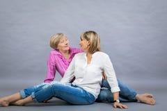 Ältere Dame mit ihrer Tochter von mittlerem Alter Stockfotos