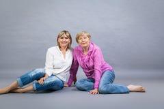 Ältere Dame mit ihrer Tochter von mittlerem Alter Lizenzfreie Stockfotos