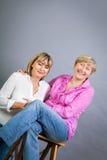 Ältere Dame mit ihrer Tochter von mittlerem Alter Lizenzfreies Stockbild