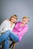 Ältere Dame mit ihrer Tochter von mittlerem Alter Stockfoto