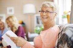 Ältere Dame zu Hause Stockfotos